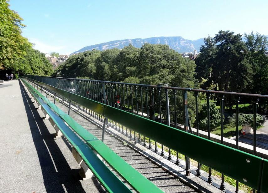Скамья длиной 126 метров.
