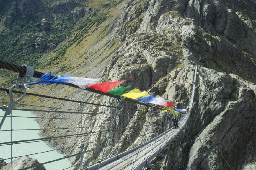 Подвесной мост в Альпах.