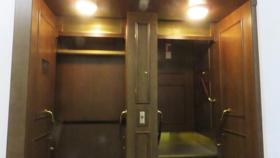 Лифт без дверей.