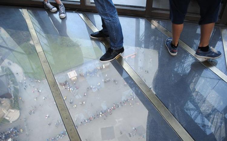 Стеклянный пол Эйфелевой башни.