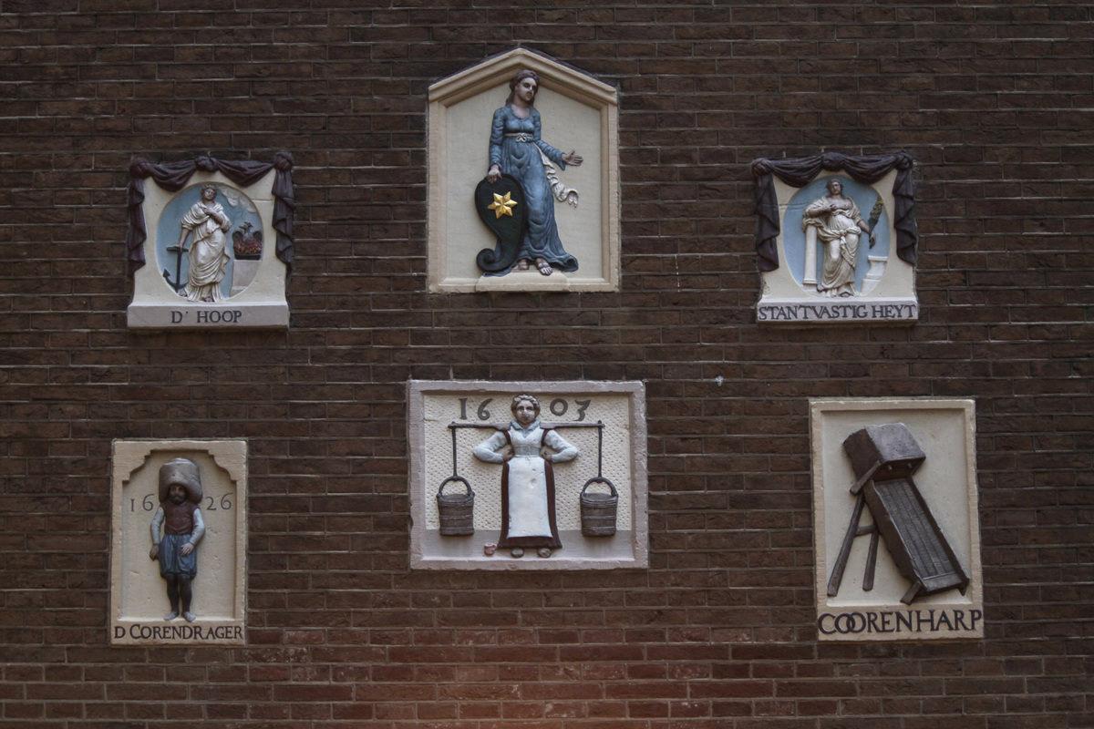 Амстердам. Настенные таблички.