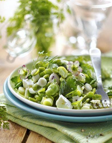 Средиземноморская диета. Летний салат из  свежих бобов, трав и сыра фета.
